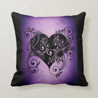 Cojín Decorativo Diseño negro púrpura moderno del corazón en la