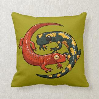 Cojín Decorativo Dos Salamanders sonrientes coloridos entrelazaron