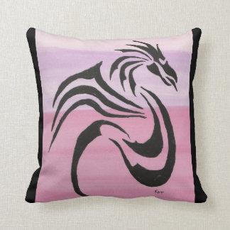 Cojín Decorativo Dragón negro en rosas