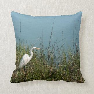 Cojín Decorativo Egret blanco que se coloca en agua de la hierba w