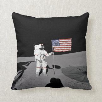 Cojín Decorativo El astronauta hace una pausa la bandera de los