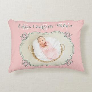 Cojín Decorativo El monograma recién nacido de la foto del bebé se