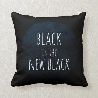 """Cojín Decorativo El """"negro es el nuevo"""" amortiguador negro del tiro"""