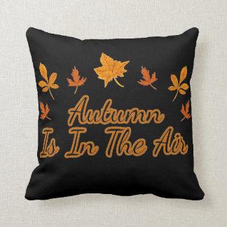 Cojín Decorativo El otoño de las hojas de la caída está en el aire