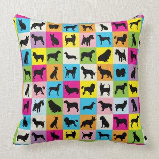 Cojín Decorativo El perro lindo y colorido siluetea el remiendo