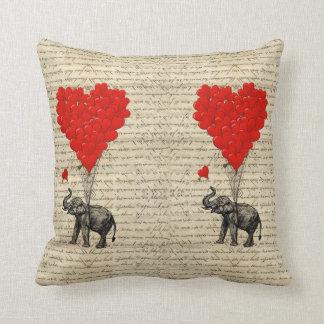 Cojín Decorativo Elefante y globos en forma de corazón