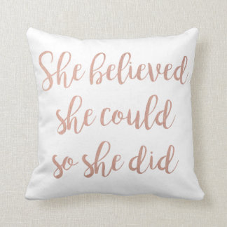 """Cojín Decorativo """"Ella creyó que ella podría así que ella lo hizo"""""""