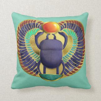 Cojín Decorativo Escarabajo con alas de oro