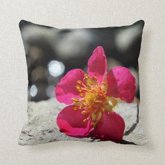 Cojín Decorativo Flor rosada del misterio