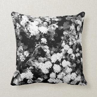 Cojín Decorativo Flores blancos y negros