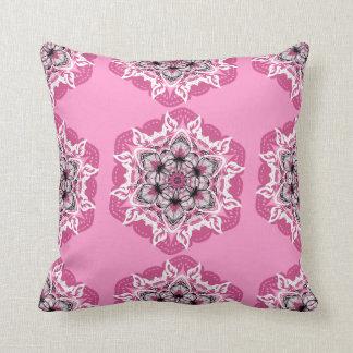 Cojín Decorativo Flores de la mandala y llamas rosadas, blancas,