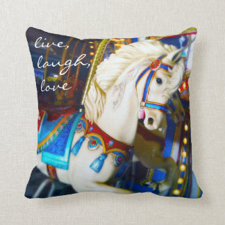 "Cojín Decorativo Foto blanca del caballo del carrusel ""de la risa"