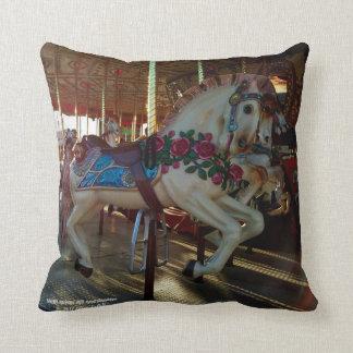Cojín Decorativo Foto justa del caballo del carrusel del carnaval