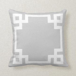 Cojín Decorativo Frontera dominante griega gris y blanca