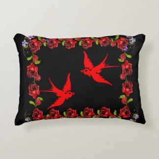 Cojín Decorativo gorriones rojos con la frontera color de rosa