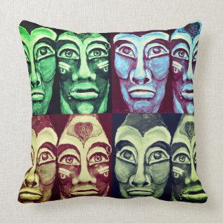 Cojín Decorativo Guerreros mayas - diseño del surrealismo
