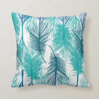 Cojín Decorativo Hojas de palma tropicales azules y verdes.