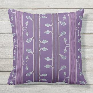 Cojín Decorativo Hojas y ramas rayadas en púrpura