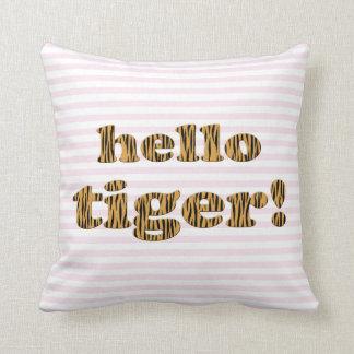 Cojín Decorativo ¡Hola tigre!  Cita rosada Tigerprint de la