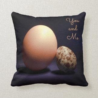 Cojín Decorativo Huevos del pollo y de codornices en amor. Texto