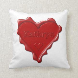 Cojín Decorativo Kathryn. Sello rojo de la cera del corazón con