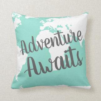 Cojín Decorativo La aventura aguarda el mapa del mundo y la menta