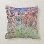 Cojín Decorativo La casa en el jardín rosa de Claude Monet,