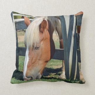 Cojín Decorativo La hierba es más verde en el otro caballo lateral