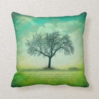 Cojín Decorativo La hierba solitaria del árbol se nubla la