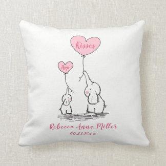 Cojín Decorativo La nueva niña abraza y besa el elefante
