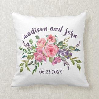 Cojín Decorativo Lavanda de la fecha del boda y ramo floral rosado