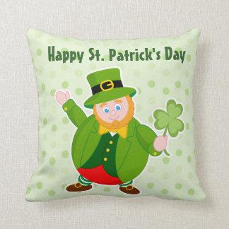 Cojín Decorativo Leprechaun del día de un St Patrick que sostiene