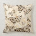 Cojín Decorativo Mariposas antiguas: Crema botánica y marrón