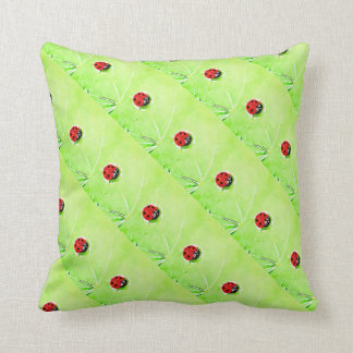 Cojín Decorativo Mariquita roja y negra en la hoja verde,