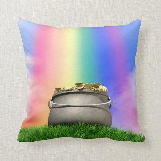 Cojín Decorativo Mina de oro y arco iris en la colina herbosa