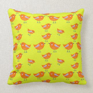 Cojín Decorativo Modelo amarillo del vector de pájaros lindos