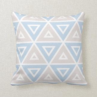 Cojín Decorativo Modelo geométrico del triángulo azul de color topo