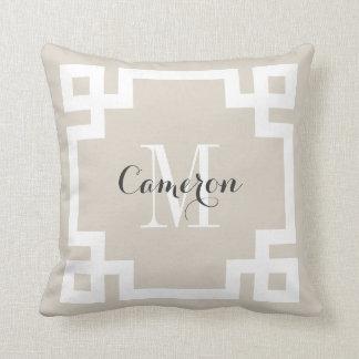 Cojín Decorativo Monograma dominante griego beige y blanco de lino