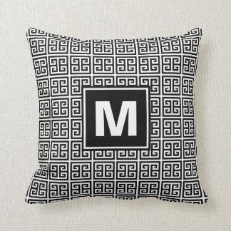 Cojín Decorativo Monograma dominante griego blanco y negro moderno
