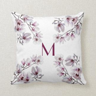 Cojín Decorativo Monograma floral de la primavera rosada elegante