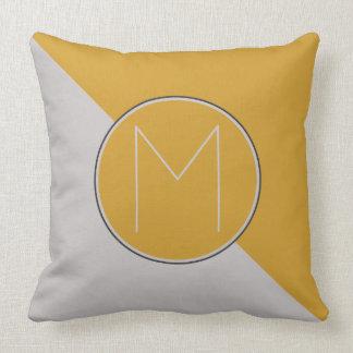 Cojín Decorativo Mostaza caliente del monograma gráfico