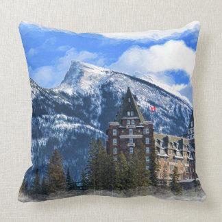 Cojín Decorativo Mt Rundle y hotel famoso, Banff, Alta, Canadá