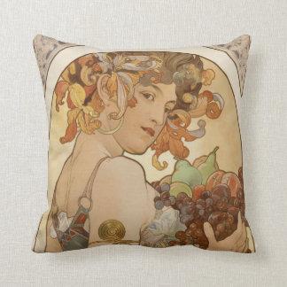 Cojín Decorativo mujer con la guirnalda y las frutas florales