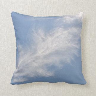Cojín Decorativo Nubes plumosas blancas en un cielo azul
