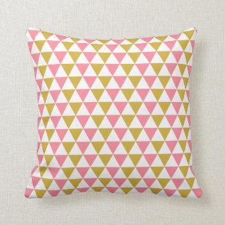 Cojín Decorativo Oro metálico y modelo rosado del triángulo