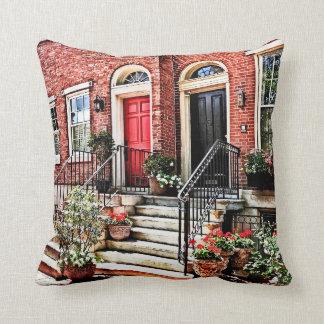 Cojín Decorativo PA de Philadelphia - Casa urbana con los geranios