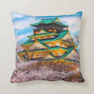 Cojín Decorativo Pagoda y Sakura japoneses del jardín en Osaka,