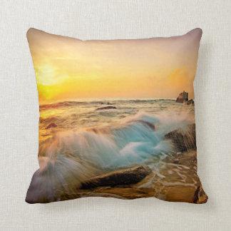 Cojín Decorativo Paisaje marino de la puesta del sol de las ONDAS y