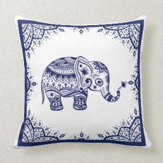 Cojín Decorativo Paisley y elefante florales blancos y azul marino