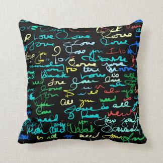 Cojín Decorativo Palabras coloreadas multi del amor en pintada